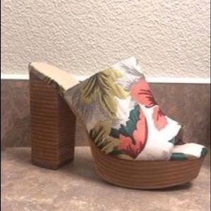 Floral pumps #shoes #pumps #floral